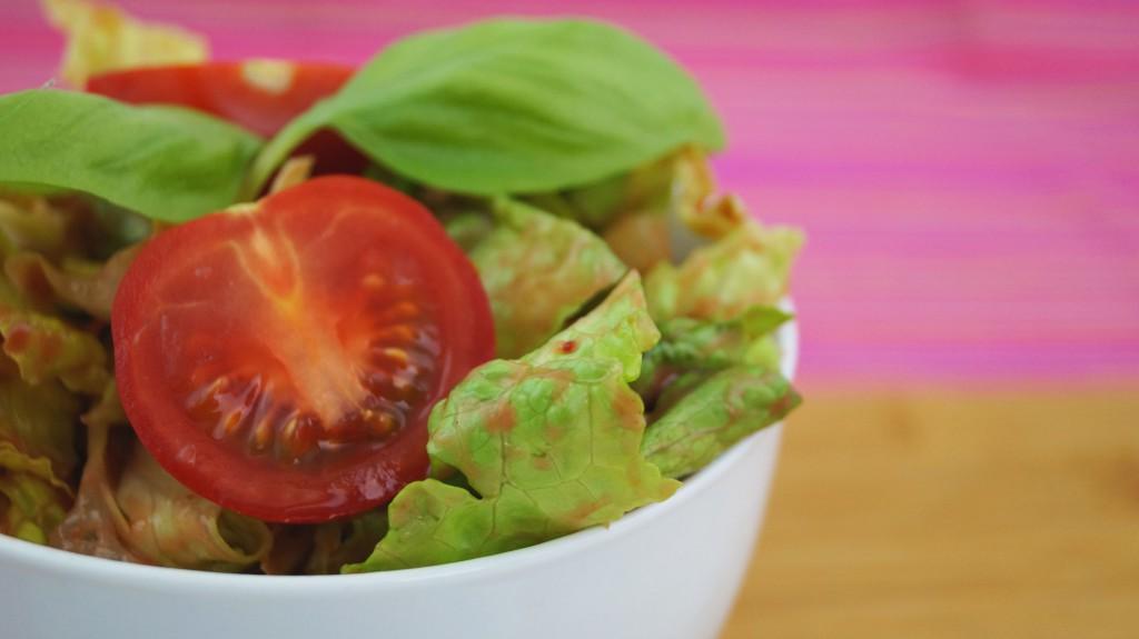 BILD [Grüner Salat mit Feigen-Senf-Vinaigrette]