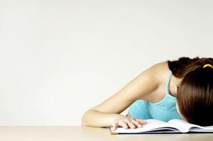 nerv stress kopf auf tisch fertig müde kaputt burnout minimalismus