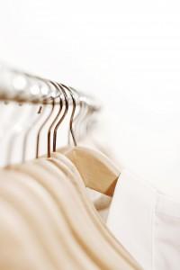 20160513_klamotten shirts clothes minimalismus weiß hell kleiderbügel makro sauber